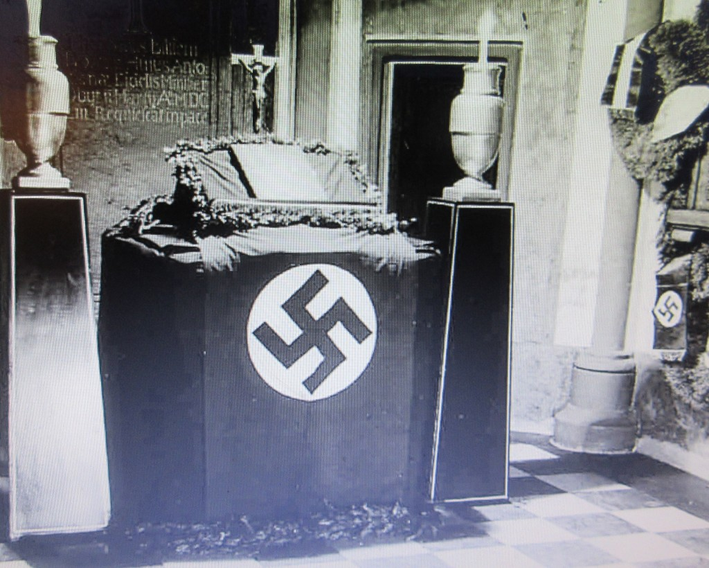 NazizeitAltarHakenkreuz
